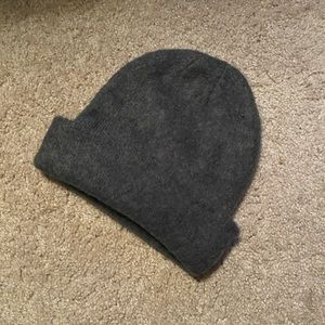 🐳Excellent condition soft and warm gray beanie🐳